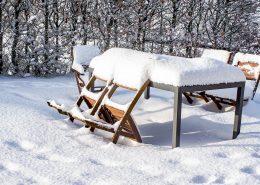 drewniane meble ogrodowe zimą